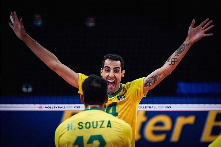 Douglas comemorando com Maurício Souza da seleção brasileira de vôlei -