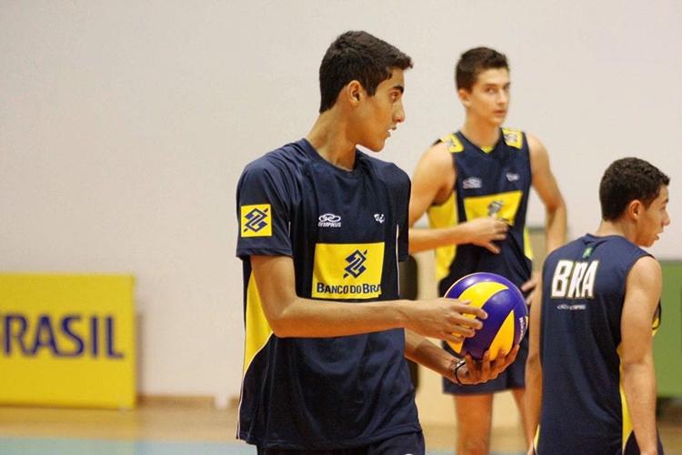 Douglas ainda jovem durante treino da seleção brasileira de volêi -