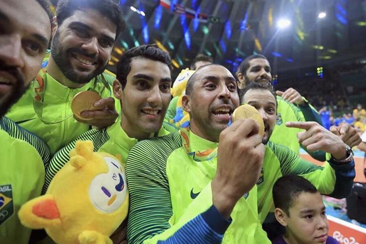 Douglas comemorando ao lado dos companheiros o ouro olímpico, em 2016 -