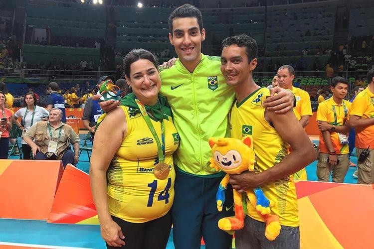 Douglas com a família após conquistar o ouro no Rio, em 2016 -