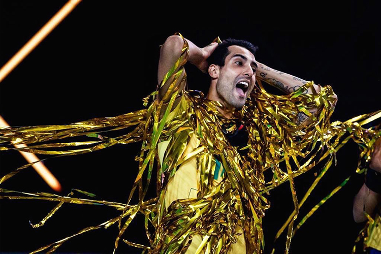 Douglas festejando vitória pela seleção brasileira de vôlei -