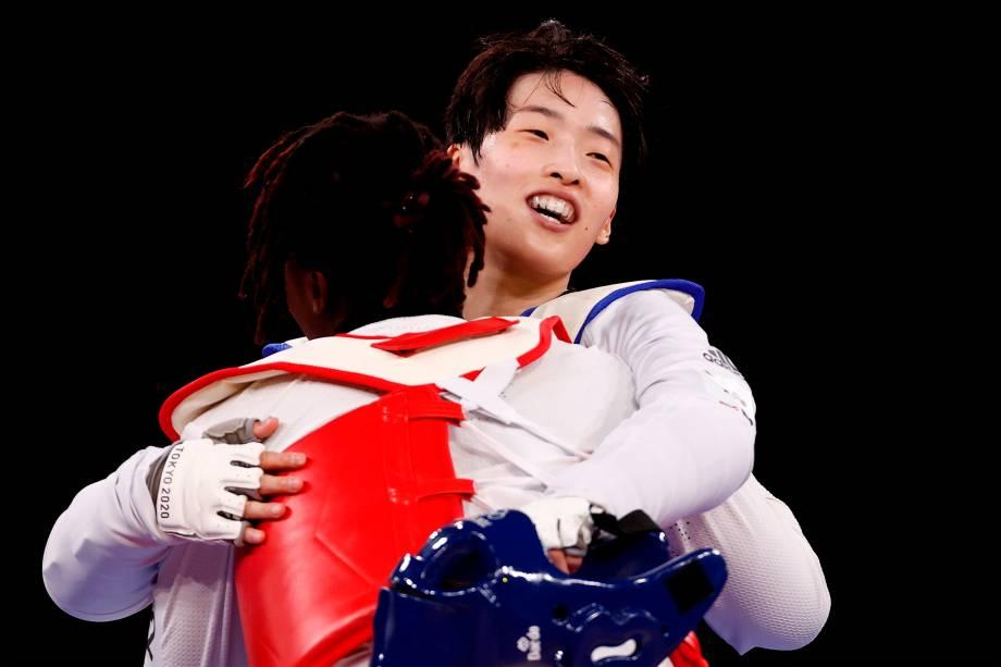 Lee Dabin, da Coréia do Sul, comemora após vencer Aminata Traore, da Costa do Marfim pelo taekwondo -