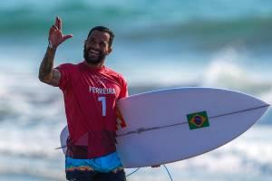 O brasileiro Italo Ferreira gesticulando após performance, em Tsurigasaki Surfing Beach -
