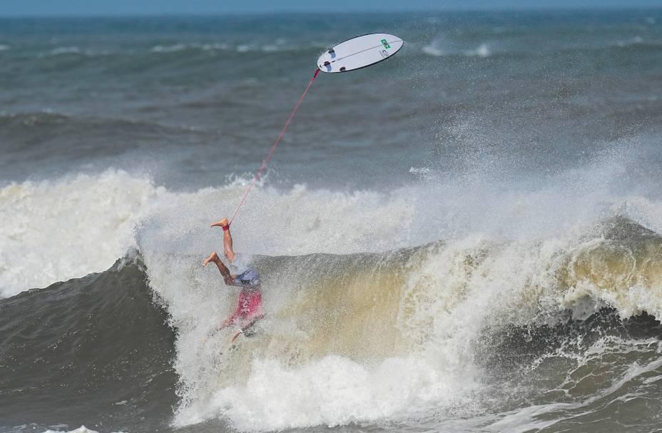 O brasileiro Gabriel Medina durante sua performance no mar -