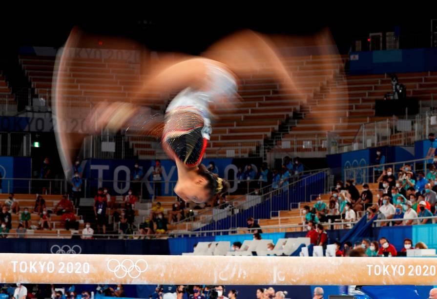 Jutta Verkest, da Bélgica, em ação durante a final em equipe na ginástica artística -
