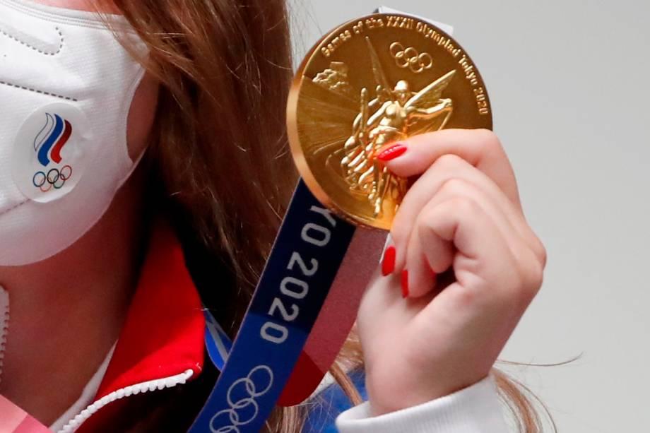 Vitalina Batsarashkina, da Rússia, exibindo sua medalha de ouro conquistada na prova de tiro com pistola de ar -