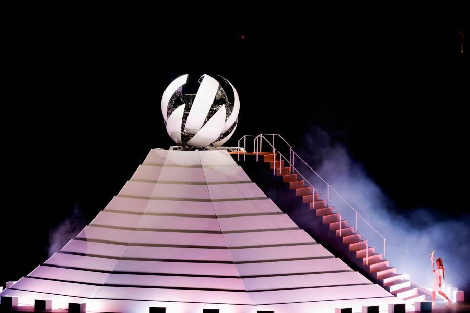 A tenista japonesa Naomi Osaka acende o caldeirão olímpico -