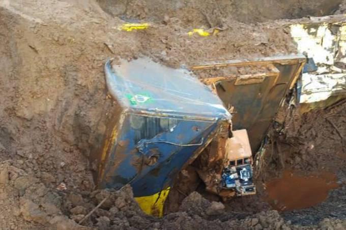 Bombeiros encontram locomotiva que era usada pela Vale em Brumadinho
