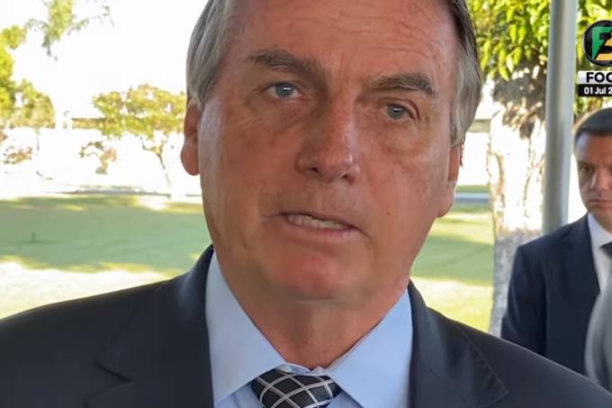 01/07/2021 – O presidente Jair Bolsonaro fala com apoiadores na saída do Palácio da Alvorada