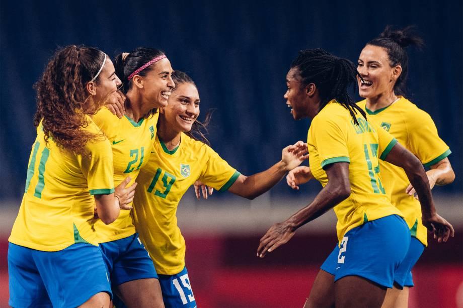 Angelina, Andressa Alves, Letícia Santos, Ludmila e Jucinara comemoram gol em partida contra a Zâmbia -