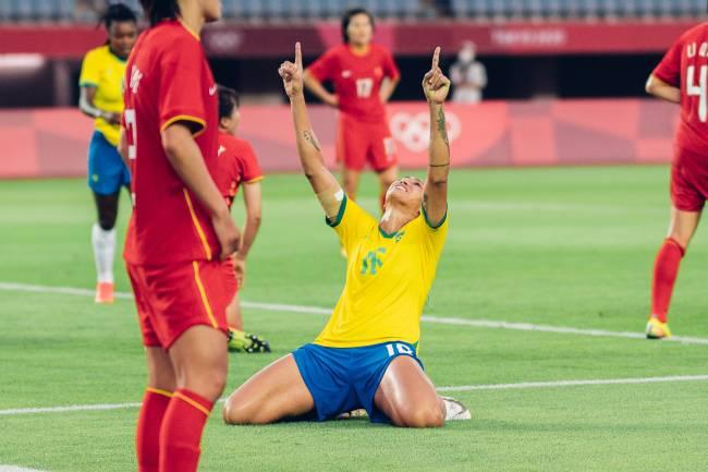 Bia Zaneratto comemora o quinto gol do Brasil no jogo -