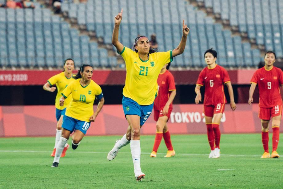 Andressa Alves comemora gol em pênalti convertido -