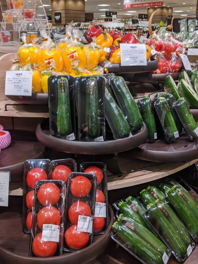 Em muitos supermercados no Japão, legumes são embalados individualmente