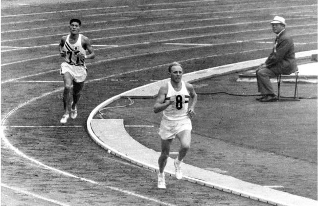 Kokichi Tsuburaya na pista do estádio olímpico, em 1964: a prata perdida na frente do público japonês