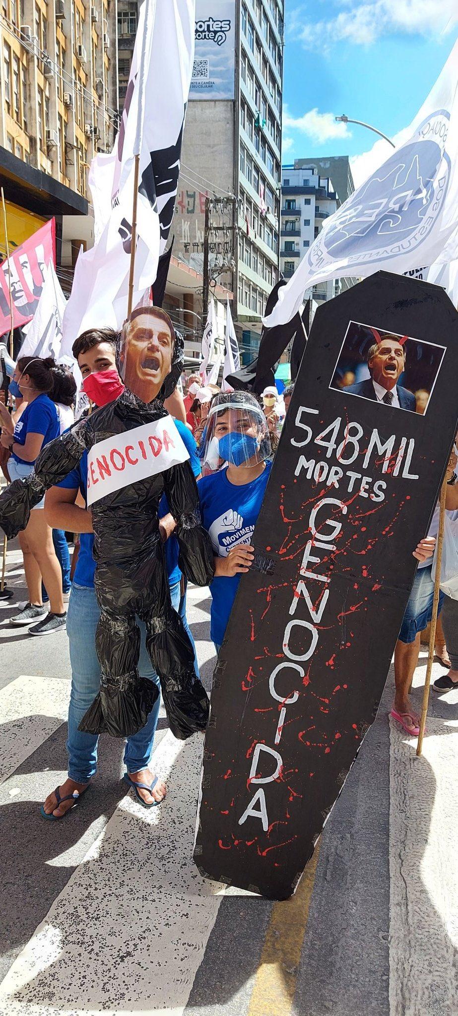 Caixão e boneco de Jair Bolsonaro em protesto na capital pernambucana