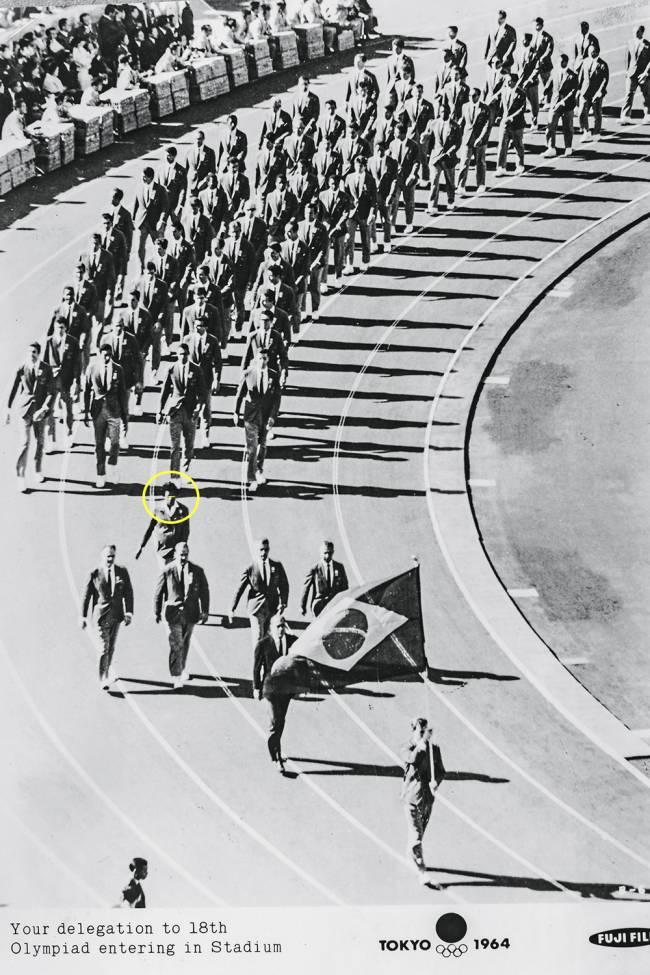 O desfile da delegação brasileira em 1964: ela era a única mulher com 67 homens