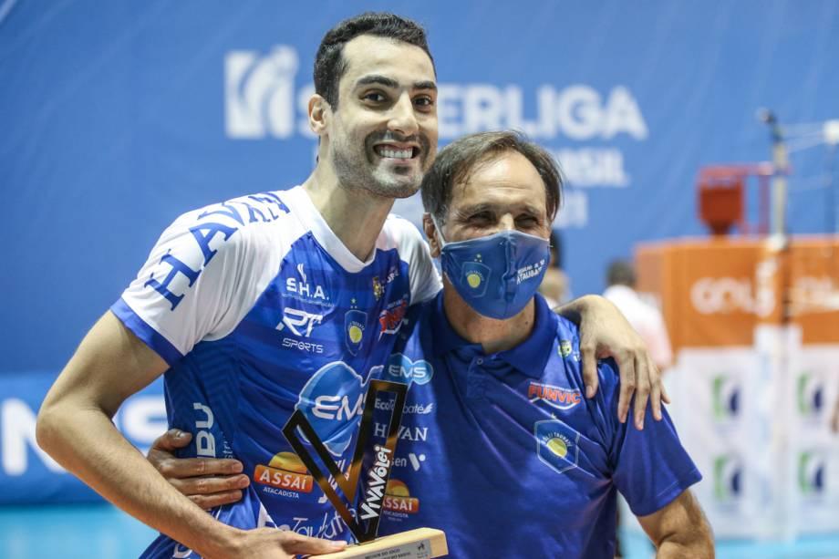 """Douglas com o troféu de """"Melhor do Jogo"""" ao lado de seu técnico, Javier Weber, do Taubaté -"""
