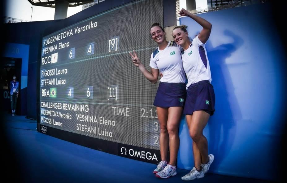 Luisa Stefani e Laura Pigossi posam diante do placar histórico -