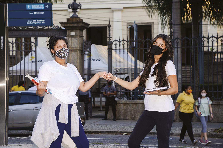 """CONVÍVIO -Marianna (à dir.) com a amiga Suellen, da Eleva, no Rio: matando as saudades de amigos que não via """"há séculos"""" -"""