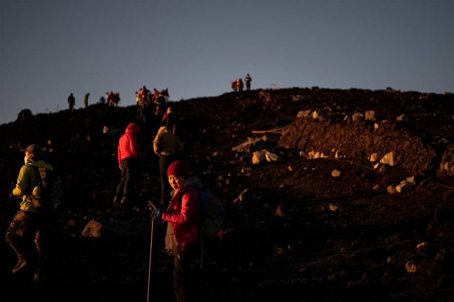 Alpinistas assistem o nascer do sol no Monte Fuji -