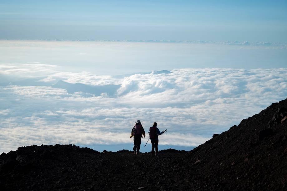 Alpinistas descem o Monte Fuji após nascer do sol -