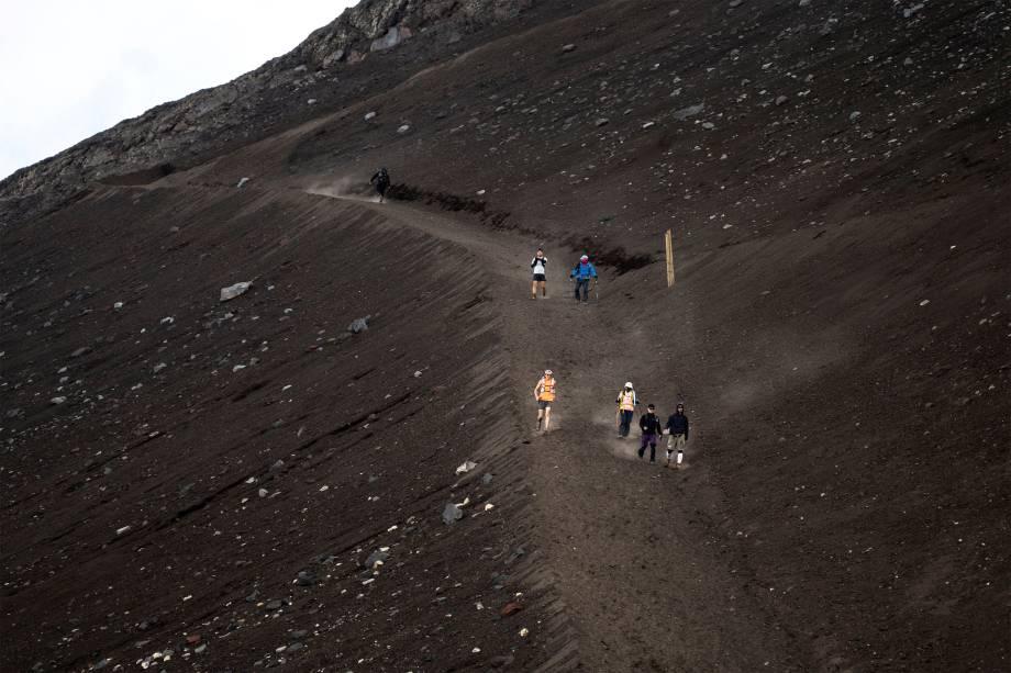 Pessoas descem o Monte Fuji -