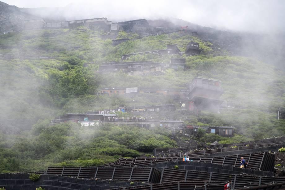 Pessoas caminham para assistir o nascer do sol no Monte Fuji -