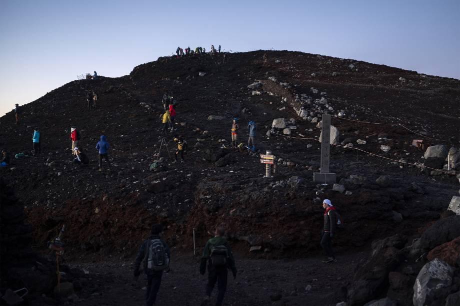 Pessoas em trilhas para assistir o nascer do sol no Monte Fuji -