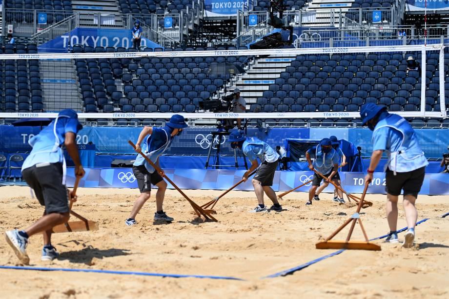 Voluntários antes da partida de vôlei de praia entre Brasil e Argentina -