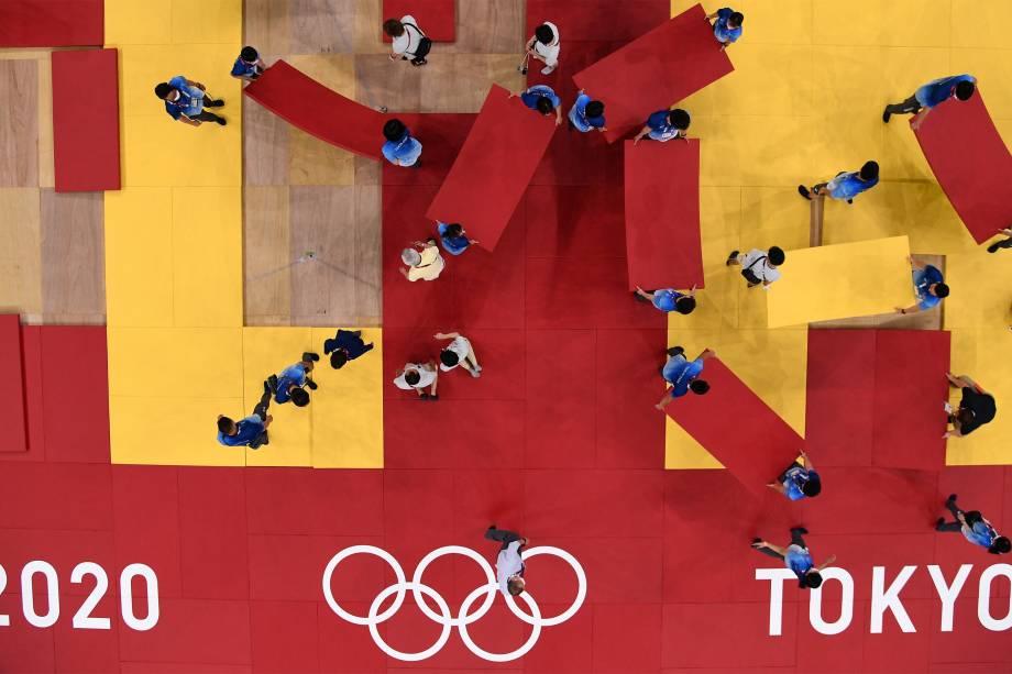 Voluntários preparam arena para as finais de judô feminino e masculino, no Nippon Budokan -