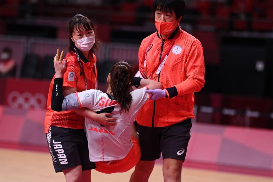 Yui Sunami, do Japão, é carregada após se machucar em partida de handebol contra Montenegro -