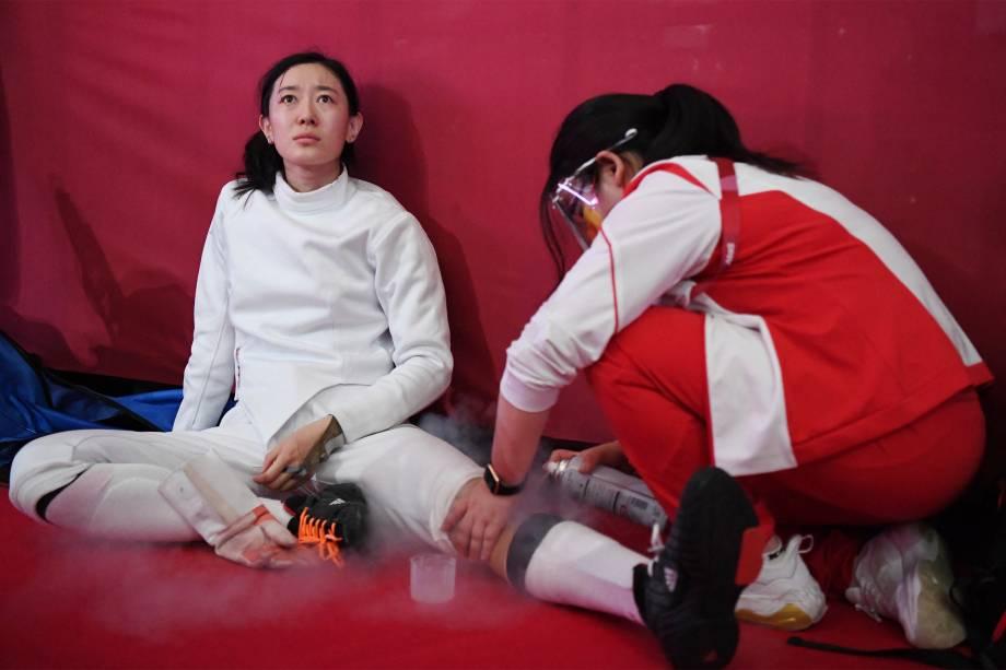 A chinesa Sun Yiwen é tratada na semifinal de esgrima contra Choi Injeong, da Coréia do Sul -