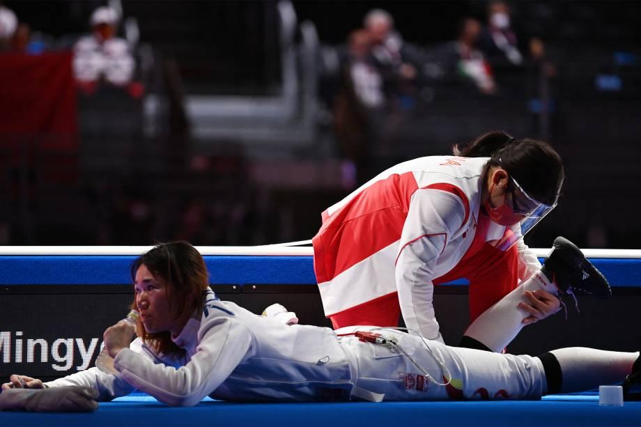 Zhu Mingye, da China, é atendida durante a luta de espada contra a italiana Federica Isola -