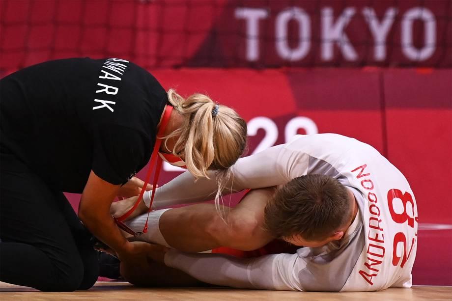 Lasse Andersso, da Dinamarca, é atendido em partida de handebol contra Bahrein -