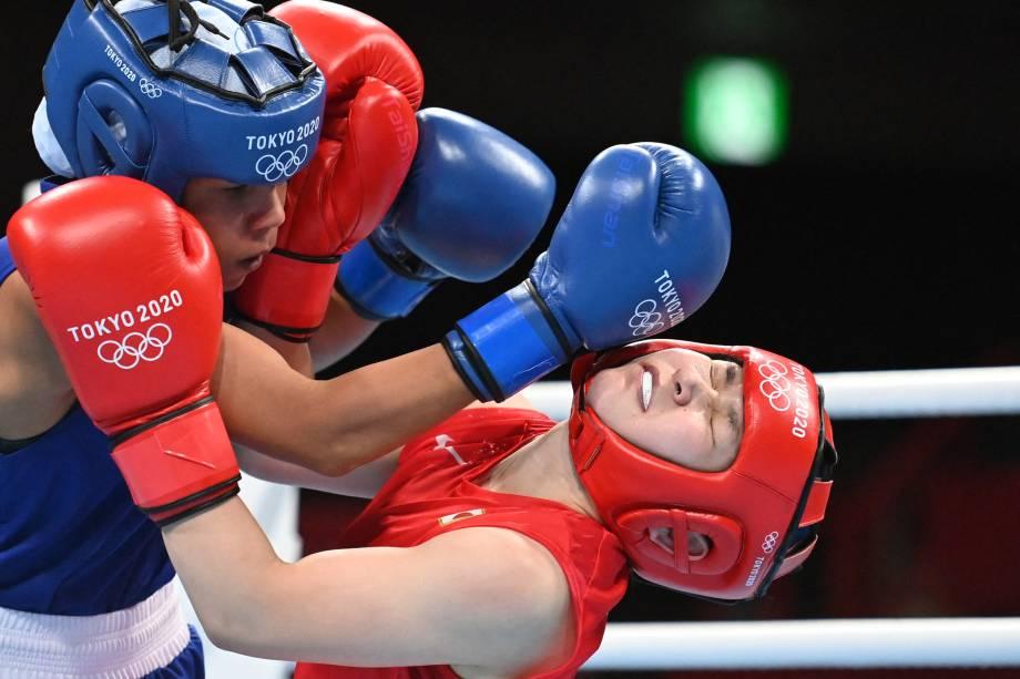 A brasileira Graziele Sousa desferindo soco sobre e a japonesa Tsukimi Namiki, em luta pelo boxe -