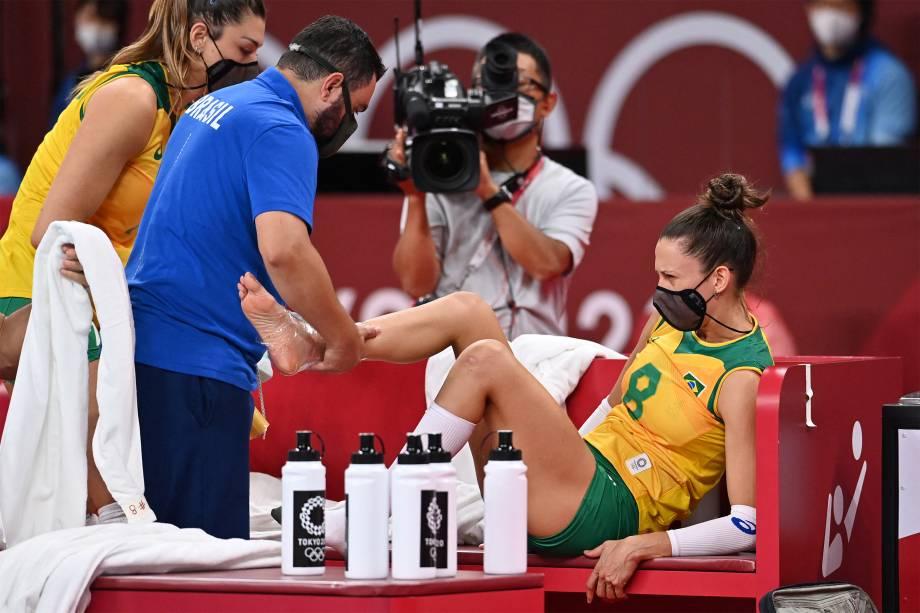 Macris, do Brasil, é atendida após se machucar na partida de de vôlei contra o Japão -