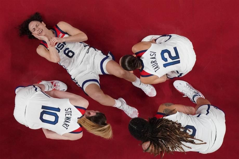 Sue Bird, dos Estados Unidos, após cair em partida de basquete contra o Japão -