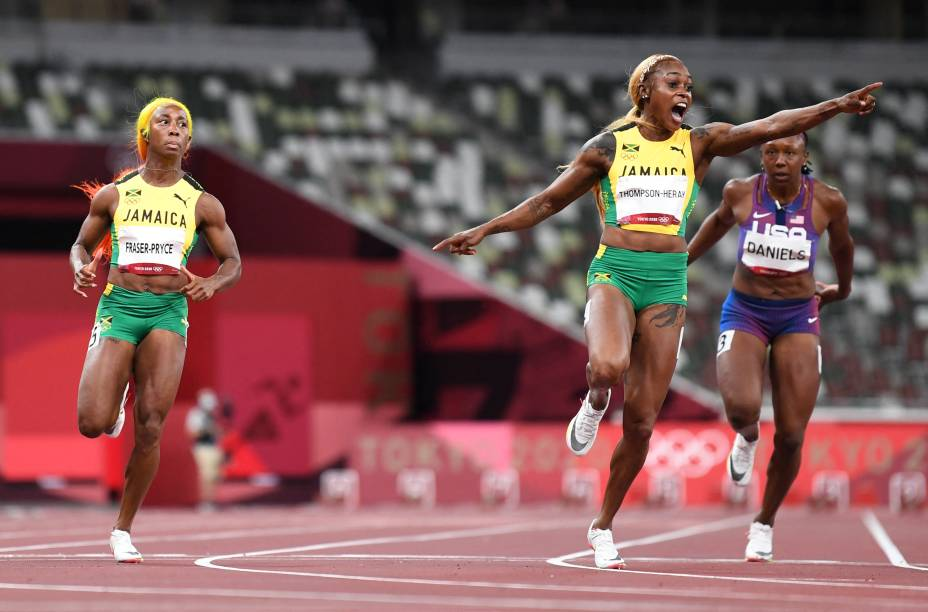 Elaine Thompson-Herah, da Jamaica, comemorando ao final da prova dos 100m -