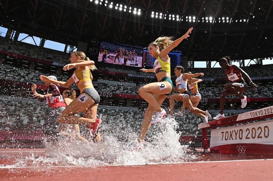 Atletas competindo durante prova dos 3000m no atletismo -