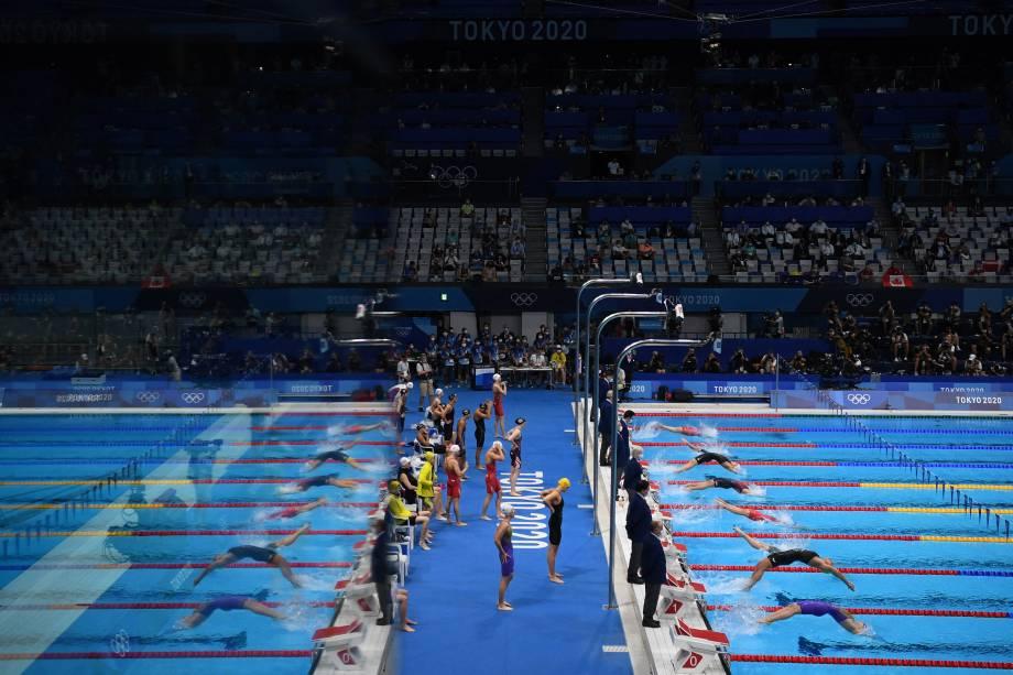 Nadadoras durante prova de revezamento no 4x100 feminino -