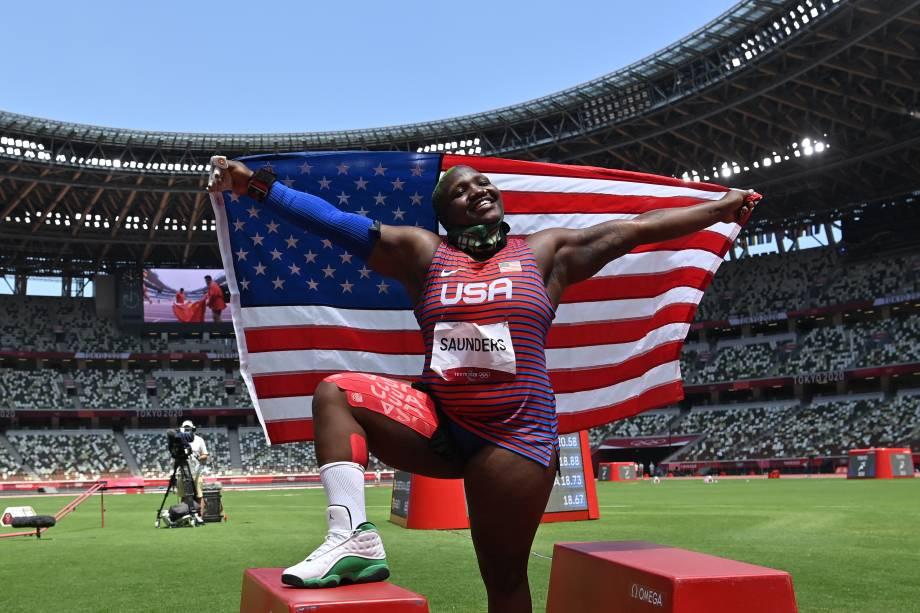 A americana Raven Saunders comemorando a medalha de prata no arremesso de peso -