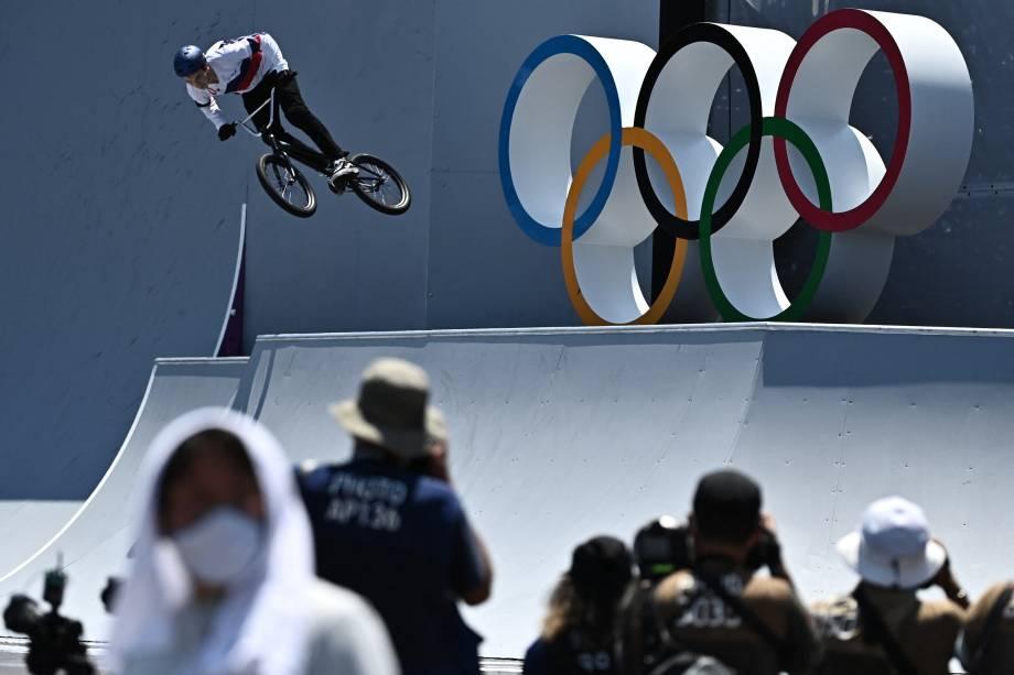 Irek Rizaev, da Rússia, durante sua performance no ciclismo BMX -