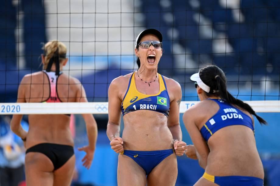 As brasileiras Agatha e Duda comemoram ponto sobre a dupla da Alemanha no vôlei de praia -