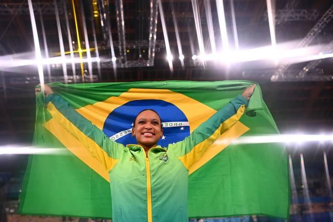 Rebeca Andrade posa com a bandeira brasileira após o ouro