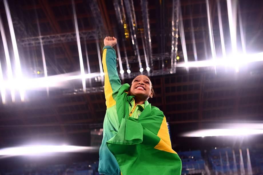 Rebeca Andrade, do Brasil, celebra o ouro conquistado -