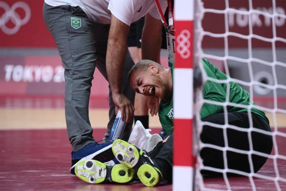 O goleiro Leonardo Tercariol, do Brasil, é atendido em partida de handebol contra a Alemanha -