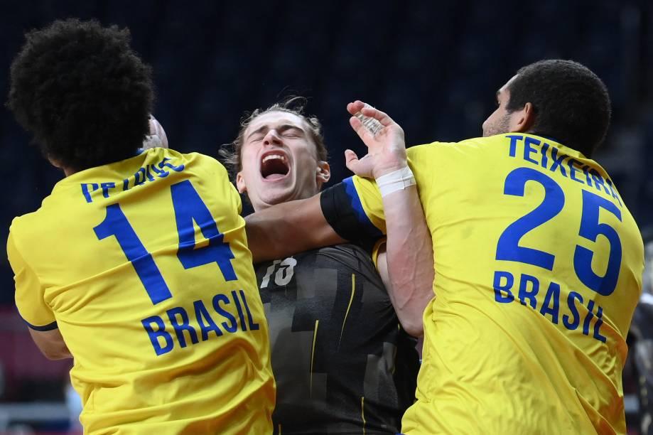 Jogadores de Brasil e Alemanha durante partida pelo handebol -