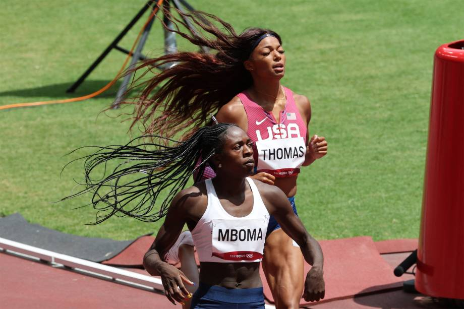 Christine Mboma, da Namibia, ganha de Gabrielle Thomas (d), dos EUA, na prova dos 200m -