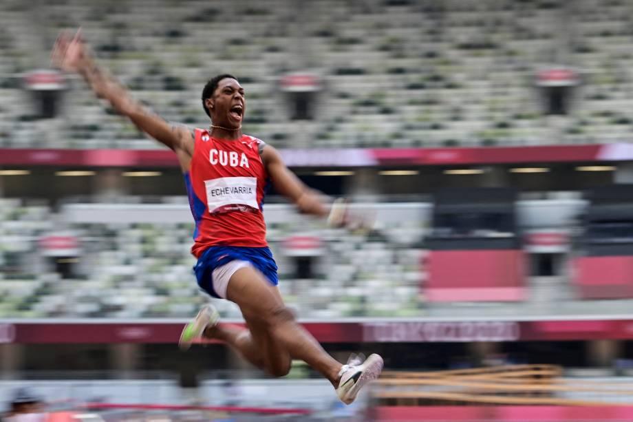 O cubano Juan Miguel Echevarria competindo durante a prova de salto em distância -