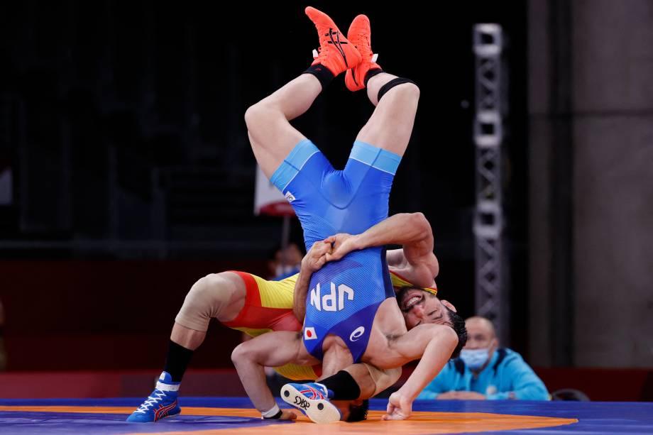 Shohei Yabiku, do Japão, e Demeu Zhadrayev, do Casaquistão, durante luta pelo wrestling -